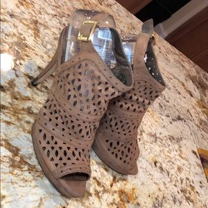 Vince Camuto leather open toe shoes. Very cute